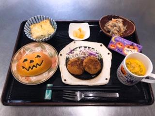 ・南瓜のクリームパン ・ミニメンチカツ ・ほうれん草とベーコンのキッシュ ・ごぼうサラダ ・パンプキンスープ ・フルーツ