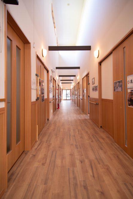 廊下が長いので屋内でも歩行訓練ができます。