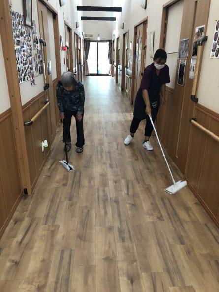 スタッフと一緒に廊下のお掃除をしてます。